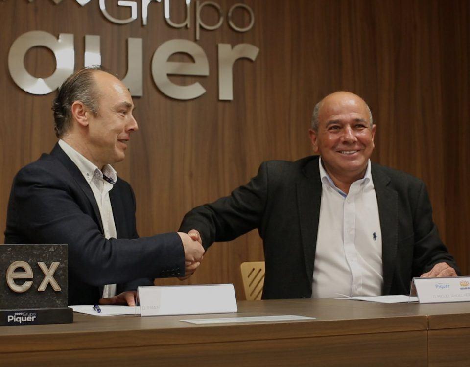 El presidente de la Comarca de Daroca y el director General de Grupo Piquer en la firma del convenio