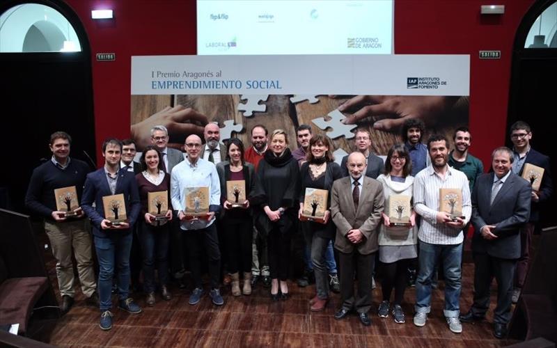 Foto de familia de los ganadores y finalistas del Premio de Emprendimiento Social.